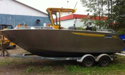 21 foot center console aluminum boat.  Single 200 hp four stroke yamaha, hyd trim tabs, vhf, color gps/sounder, stereo, sounder, nav lighting, dual battery system with voltage regulator system, built in 400 litre fuel tank,