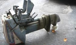 moteur evinrude 15 hp environ 1988 en bonne etat et fonctionne parfaitement, il est utliser environ une fois par année